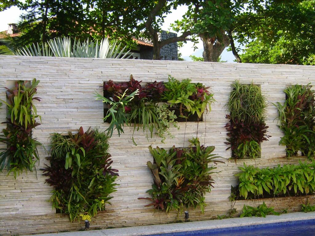 jardim vertical em muro:Trazer o verde e a paisagem para o convívio estreito do ser humano e